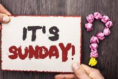 Κείμενο γραψίματος λέξης η κλήση της Κυριακής του Η επιχειρησιακή έννοια για Relax απολαμβάνει την ελεύθερη χαλάρωση ημέρας ανάπα Στοκ Φωτογραφίες