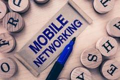 Κείμενο γραψίματος λέξης κινητή δικτύωση Επιχειρησιακή έννοια για το δίκτυο επικοινωνίας όπου ο τελευταίος κρίκος είναι ασύρματος στοκ φωτογραφία