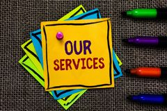Κείμενο γραψίματος λέξης οι υπηρεσίες μας Η επιχειρησιακή έννοια για το επάγγελμα ή τη λειτουργία της εξυπηρέτησης του άυλου εγγρ ελεύθερη απεικόνιση δικαιώματος
