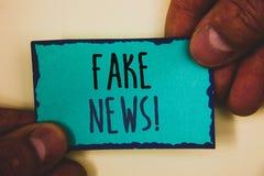 Κείμενο γραψίματος λέξης πλαστές ειδήσεις κινητήρια κλήση Επιχειρησιακή έννοια για το ψεύτικο αβάσιμο turquoi εκμετάλλευσης λαβής Στοκ φωτογραφία με δικαίωμα ελεύθερης χρήσης