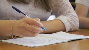 Κείμενο γραψίματος μαθητριών στο βιβλίο άσκησης Κινηματογράφηση σε πρώτο πλάνο απόθεμα βίντεο