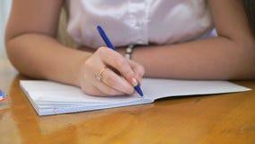 Κείμενο γραψίματος σπουδαστών στο βιβλίο άσκησης Κινηματογράφηση σε πρώτο πλάνο απόθεμα βίντεο
