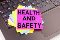 Κείμενο γραψίματος υγειών και ασφαλειών που γίνεται στην κινηματογράφηση σε πρώτο πλάνο γραφείων στο πληκτρολόγιο φορητών προσωπι στοκ φωτογραφία