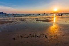 Κείμενο διακοπών που γράφεται στην παραλία στο AO Nang, Krabi, Ταϊλάνδη α Στοκ Φωτογραφία