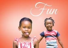 Κείμενο διασκέδασης με τα παιδιά που γύρω από το παιχνίδι με το κενό πορτοκαλί υπόβαθρο Στοκ φωτογραφία με δικαίωμα ελεύθερης χρήσης