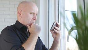 Κείμενο εικόνας Businessperson που χρησιμοποιεί την ασύρματη σύνδεση κινητών τηλεφώνων στοκ εικόνες