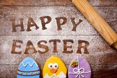 Κείμενο ευτυχές Πάσχα και μπισκότα που διακοσμούνται ως αυγά Πάσχας Στοκ Εικόνα