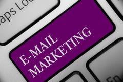 Κείμενο Ε γραφής - μάρκετινγκ ταχυδρομείου Έννοια που σημαίνει το ηλεκτρονικό εμπόριο που διαφημίζει το σε απευθείας σύνδεση χτύπ ελεύθερη απεικόνιση δικαιώματος