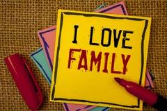 Κείμενο Ι γραφής οικογένεια αγάπης Έννοια που σημαίνει την καλή προσοχή αγάπης συναισθημάτων για τον πατέρα μητέρων σας Στοκ εικόνες με δικαίωμα ελεύθερης χρήσης