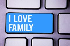 Κείμενο Ι γραψίματος λέξης οικογένεια αγάπης Επιχειρησιακή έννοια για την καλή προσοχή αγάπης συναισθημάτων για τον πατέρα μητέρω Στοκ Φωτογραφία