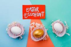 Κείμενο και αυγά κυνηγιού αυγών Πάσχας Στοκ φωτογραφία με δικαίωμα ελεύθερης χρήσης