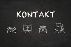 """Κείμενο και εικονίδια """"Kontakt """"σε έναν πίνακα Μετάφραση: """"Επαφή """" ελεύθερη απεικόνιση δικαιώματος"""