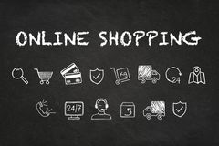 """Κείμενο και εικονίδια """"on-line αγορών """"στο υπόβαθρο πινάκων κιμωλίας ελεύθερη απεικόνιση δικαιώματος"""