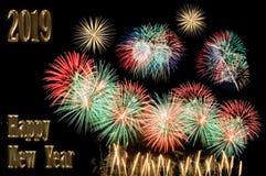 Κείμενο καλής χρονιάς 2019 των χρυσών επιστολών και των πυροτεχνημάτων στοκ φωτογραφία