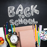 Κείμενο κιμωλίας πίσω στα χαρτικά σχολικών ξυπνητηριών επίπεδα Στοκ εικόνες με δικαίωμα ελεύθερης χρήσης