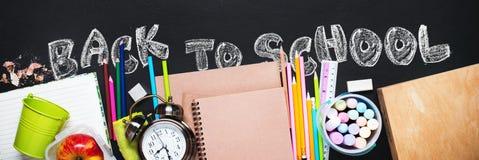 Κείμενο κιμωλίας πίσω στα χαρτικά σχολικών ξυπνητηριών επίπεδα Στοκ Εικόνες