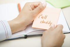 Κείμενο μπαμπάδων κλήσης στη συγκολλητική σημείωση Στοκ εικόνες με δικαίωμα ελεύθερης χρήσης
