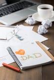 Κείμενο μπαμπάδων αγάπης στο σημειωματάριο στο workdesk Στοκ Φωτογραφίες
