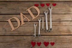 Κείμενο μπαμπάδων από τα γαλλικά κλειδιά και μορφές καρδιών στον πίνακα Στοκ Εικόνες