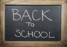 Κείμενο πίσω στη σχολική έννοια που γράφεται στον πίνακα κιμωλίας με το ξύλινο πλαίσιο Στοκ φωτογραφία με δικαίωμα ελεύθερης χρήσης