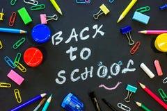 Κείμενο πίσω στο σχολείο στο μαύρους πίνακα κιμωλίας και τα χαρτικά Στοκ φωτογραφία με δικαίωμα ελεύθερης χρήσης