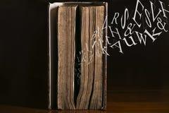 Κείμενο που πετά από το παλαιό βιβλίο Στοκ φωτογραφία με δικαίωμα ελεύθερης χρήσης
