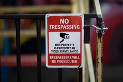 Κείμενο προειδοποιητικών σημαδιών καμία τηλεοπτική επιτήρηση Tresspassers καταπάτησης που διώκεται στοκ εικόνες