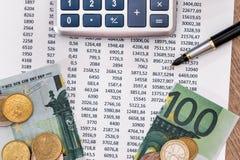 Κείμενο προϋπολογισμών 100 ευρώ που σχίζονται με, μάνδρα υπολογιστών Στοκ φωτογραφία με δικαίωμα ελεύθερης χρήσης