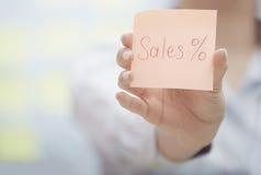 Κείμενο πωλήσεων στη συγκολλητική σημείωση Στοκ φωτογραφία με δικαίωμα ελεύθερης χρήσης