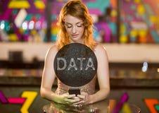 Κείμενο στοιχείων στον κύκλο ενάντια στη γυναίκα με το τηλέφωνο στη λέσχη Στοκ φωτογραφία με δικαίωμα ελεύθερης χρήσης