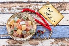 Κείμενο του Mubarak Eid στην κάρτα με κόκκινο rosary και την τουρκική απόλαυση Στοκ Φωτογραφία