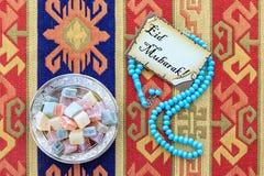 Κείμενο του Mubarak Eid στην κάρτα με μπλε rosary και την τουρκική απόλαυση Στοκ φωτογραφία με δικαίωμα ελεύθερης χρήσης