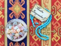 Κείμενο του Mubarak Eid στον Τούρκο στην κάρτα με μπλε rosary Στοκ Εικόνες
