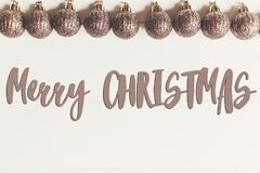 Κείμενο Χαρούμενα Χριστούγεννας, εποχιακό σημάδι καρτών χαιρετισμών Επίπεδος βάλτε Gl Στοκ Εικόνα