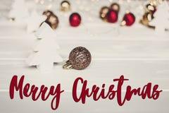 Κείμενο Χαρούμενα Χριστούγεννας, εποχιακό σημάδι καρτών χαιρετισμών απλό ornam Στοκ εικόνα με δικαίωμα ελεύθερης χρήσης