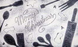 Κείμενο Χαρούμενα Χριστούγεννας που γίνεται με το αλεύρι στο καταπληκτικό υπόβαθρο Χριστουγέννων Στοκ φωτογραφίες με δικαίωμα ελεύθερης χρήσης