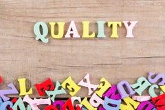 """Κείμενο """"ποιότητα """"της χρωματισμένης ξύλινης επιστολής στοκ εικόνα με δικαίωμα ελεύθερης χρήσης"""
