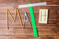 Κείμενο math που αποτελείται από τα μολύβια, τους κυβερνήτες, την εγκύκλιο, sharpener και την αυτοκόλλητη ετικέττα με την επιστολ Στοκ Εικόνες