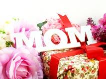 Κείμενο mom και ημέρα μητέρων ` s ανθοδεσμών λουλουδιών Στοκ Φωτογραφία