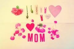 Κείμενο Mom με τα clothespins και τα γαρίφαλα Στοκ Εικόνες