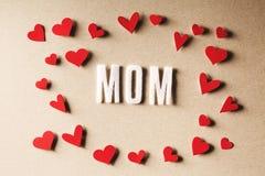 Κείμενο MOM με τις μικρές κόκκινες καρδιές Στοκ εικόνα με δικαίωμα ελεύθερης χρήσης