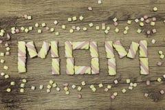 Κείμενο MOM που γράφεται με marshmallows Έννοια ημέρας μητέρων ` s διακοπές άνοιξη Στην ξύλινη ανασκόπηση Στοκ Εικόνες