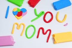 Κείμενο mom σ' αγαπώ, καμένος στον άργιλο διαμόρφωσης Στοκ φωτογραφία με δικαίωμα ελεύθερης χρήσης