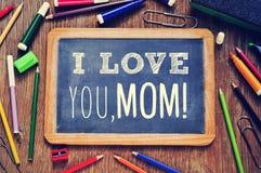 Κείμενο mom σ' αγαπώ σε έναν πίνακα κιμωλίας Στοκ Φωτογραφία