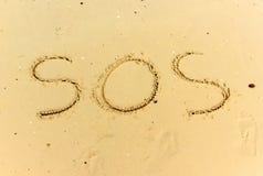 Κείμενο SOS στην υγρή άμμο Στοκ Φωτογραφίες