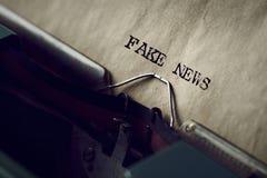 Κειμένων ειδήσεις που γράφονται πλαστές με μια γραφομηχανή Στοκ φωτογραφία με δικαίωμα ελεύθερης χρήσης