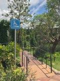κεκλιμένη ράμπα για τον πίνακα σημαδιών αναπηρικών καρεκλών και πύργων Στοκ Εικόνα