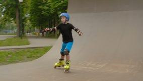 Κεκλιμένη ράμπα κατάρτισης αγοριών αθλητικών αθλητική κυλίνδρων παιδιών απόθεμα βίντεο
