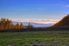 Κεκλιμένο λιβάδι τοπίων φθινοπώρου σε ένα υπόβαθρο του δάσους και των βουνών στοκ φωτογραφίες με δικαίωμα ελεύθερης χρήσης