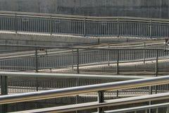 Κεκλιμένες ράμπες και κιγκλιδώματα υπογείων Στοκ φωτογραφία με δικαίωμα ελεύθερης χρήσης